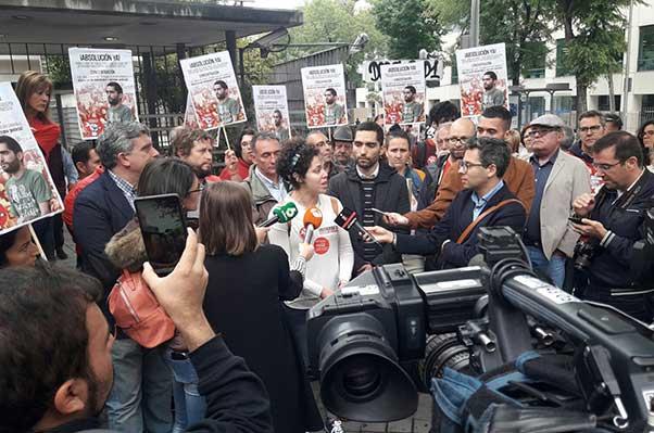 Concentración de solidaridad con Tohil y todos los encausados en una redada racista · Se suspende el juicio hasta octubre