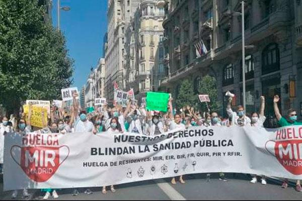 Miles de médicos residentes inundan las calles de Madrid en su primer día de huelga