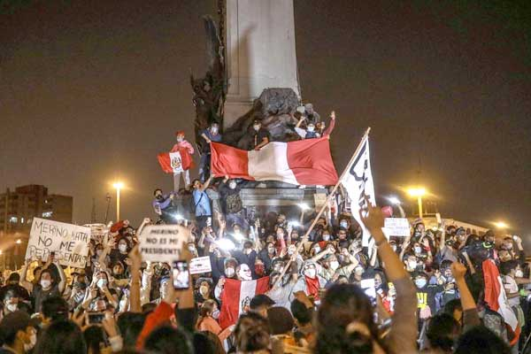 Perú: las masas derriban al Gobierno de Merino