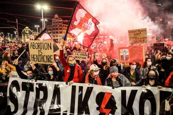 Polonia: cinco noches de protestas y una huelga general contra los ataques del Gobierno a los derechos reproductivos de las mujeres