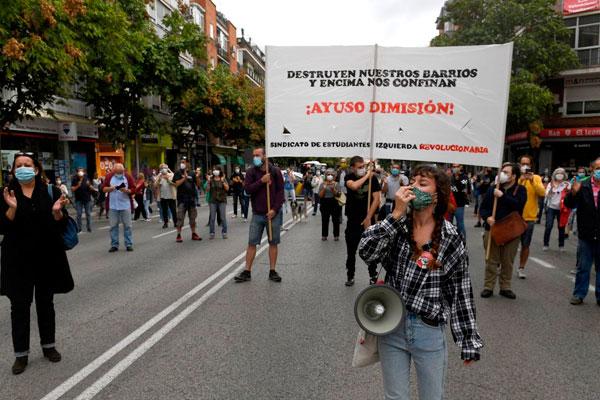 Confinamiento. La policía rodea a los compañeros del Sindicato de Estudiantes y de Izquierda Revolucionaria después de la manifestación de Carabanchel, y nos amenaza con multas