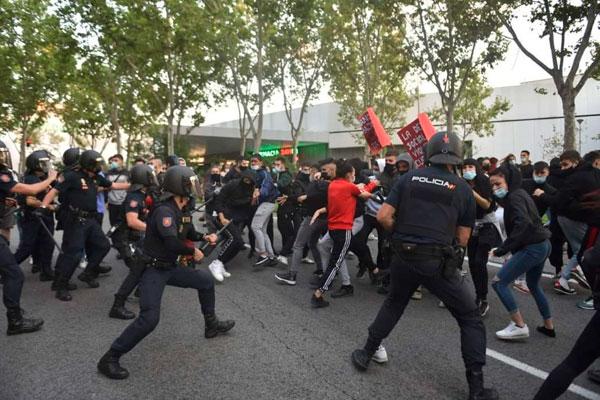 Represión policial en Vallecas ¡Fuera el PP, Ciudadanos y Vox! ¡Ayuso dimisión!