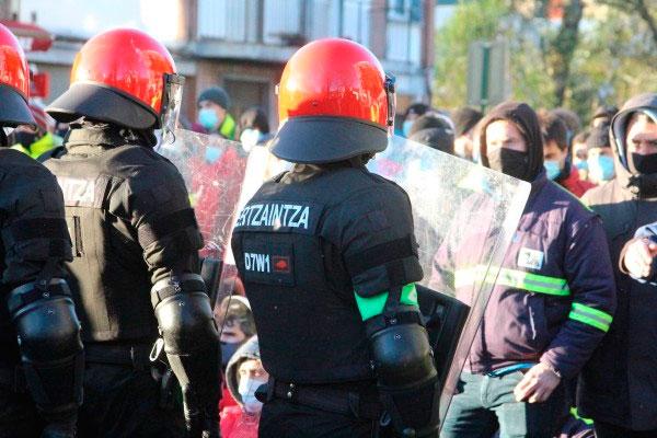 La Ertzaintza vuelve a reprimir con brutalidad a los trabajadores y trabajadoras de Tubacex frente al Parlamento en Vitoria-Gasteiz