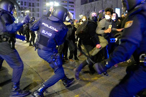 La rabia de la juventud estalla y el PSOE impone la solución represiva