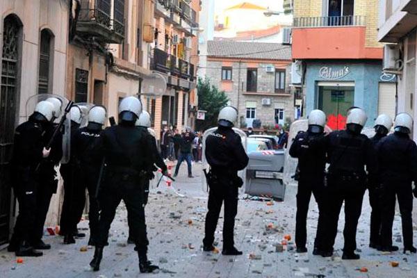 Brutalidad policial en Linares: un padre y su hija apaleados con saña, y munición real contra los jóvenes que protestan
