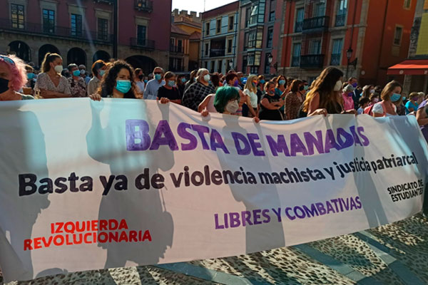 El grito contra la violencia machista y la justicia patriarcal inunda la Plaza del Ayuntamiento de Gijón