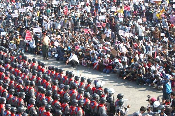La junta militar en Myanmar recurre a la represion salvaje, pero la resistencia popular continúa