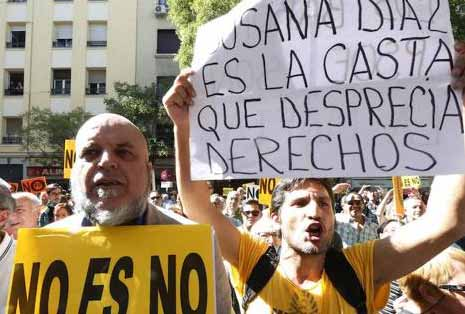 Militantes del PSOE manifestándose en Ferraz