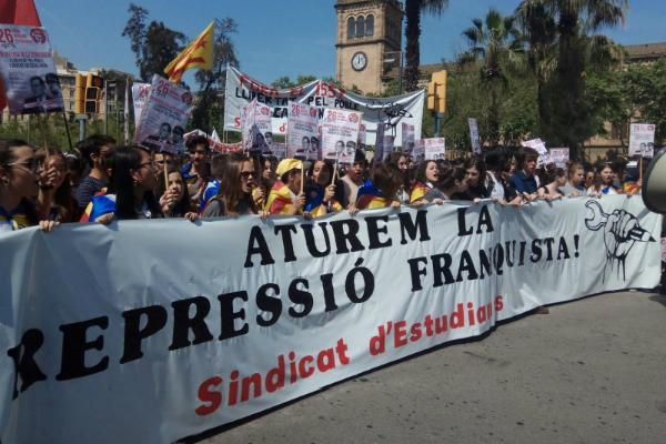 ¡Aulas vacías y miles de estudiantes en las calles de Catalunya contra la represión franquista del PP!
